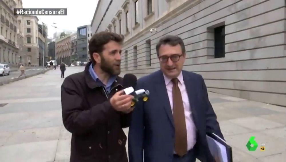 Desde un tractor, a un txacolí de Getaria: la 'artillería' de Gonzo para conocer la decisión de Aitor Esteban (PNV) en la moción de censura a Rajoy
