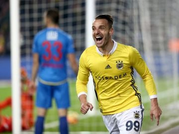 Roberto Soldado celebra un gol con el Fenerbahce