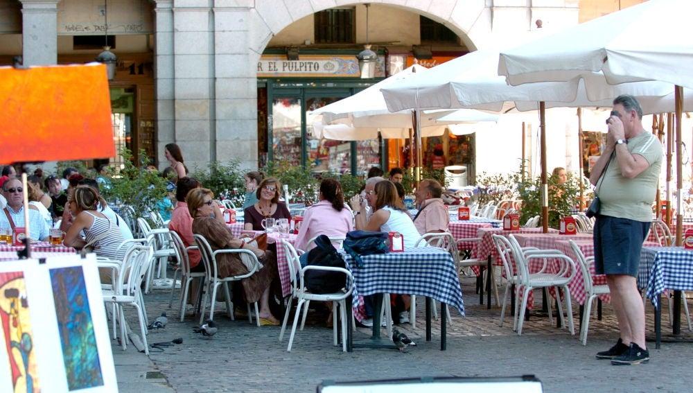 Imagen de archivo de varios turistas en una terraza de la Plaza Mayor en Madrid.