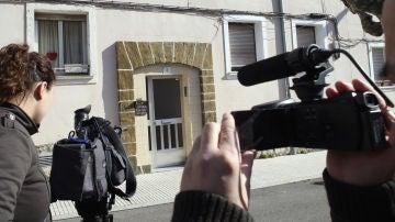 Imagen de archivo de varios periodistas a las puertas del edificio de Gijón donde el hombre declarado culpable asesinó a su pareja de 35 años