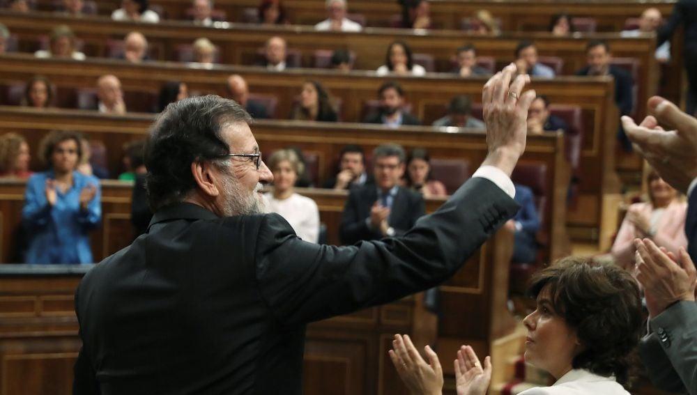 El presidente del gobierno Mariano Rajoy, saluda tras intervenir ante el pleno