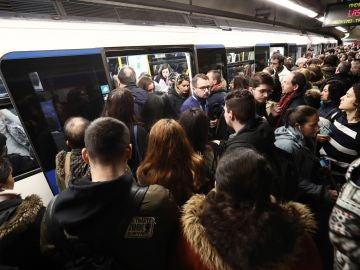 Vista del andén de una estación del metro, con gran aglomeración de pasajeros debido a los paros