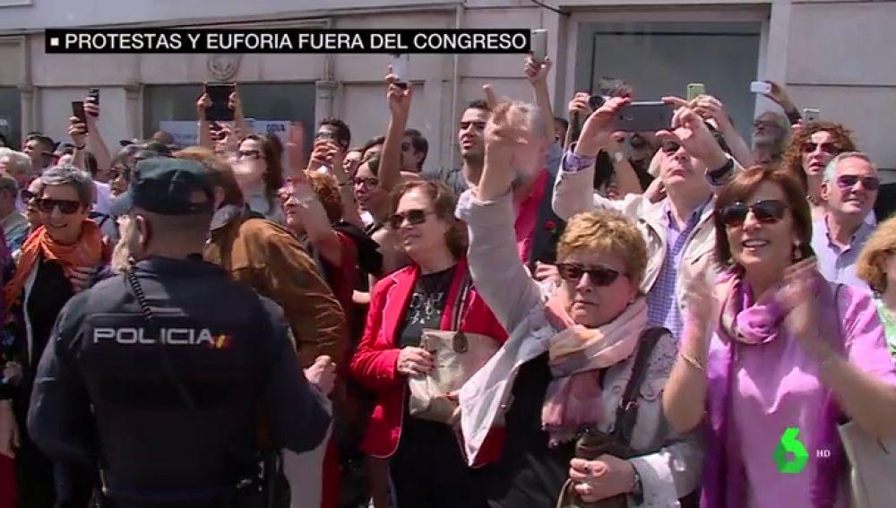 """<p>Ovaciones y abrazos a las puertas del Congreso y Ferraz tras la moción de censura: """"Fuera corruptos de las instituciones""""</p>"""