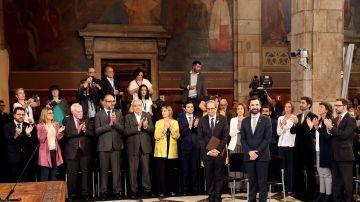 Torra y Torrent reciben el aplauso de los nuevos consellers del gobierno catalán a su llegada al acto de toma de posesion del nuevo Govern