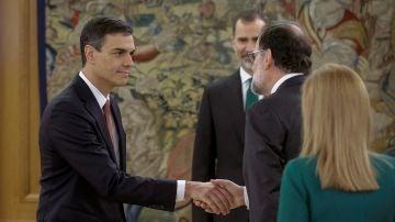 El nuevo presidente del Gobierno, Pedro Sánchez, saluda al expresidente Mariano Rajoy