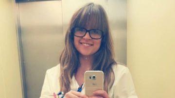 Una joven escribe una carta para defender su trabajo
