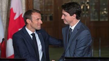 El primer ministro canadiense, Justin Trudeau, saluda a su homólogo francés, Emmanuel Macron