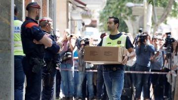 Investigadores de los Mossos d'Esquadra acceden a la vivienda del hombre detenido