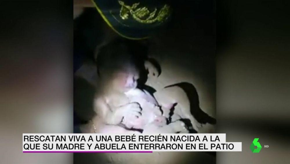 La angustiosas imágenes del rescate de una recién nacida tras pasar siete horas enterrada por su madre y su abuela