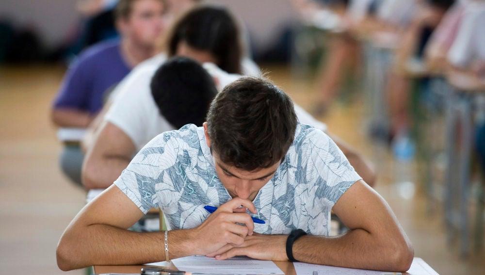 Imagen de archivo de estudiantes realizando los exámenes