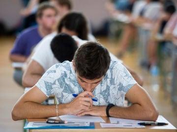 Imagen de archivo de estudiantes realizando los exámenes de la Evaluación de Bachillerato para el Acceso a la Universidad (EBAU)