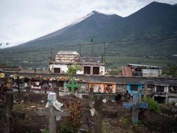El volcán de Fuego produce un lahar sobre el lado afectado por la erupción