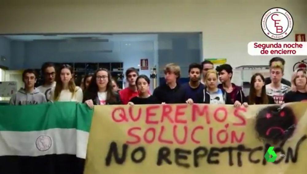 Segunda noche de encierro de los estudiantes de acceso a la Universidad en Badajoz