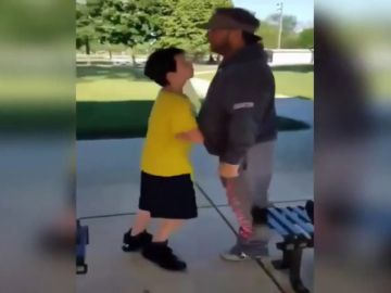 Polémica en redes sociales por un vídeo viral en el que un hombre golpea a un niño y lo tira al suelo
