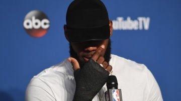LeBron James, en rueda de prensa con la protección en la mano derecha