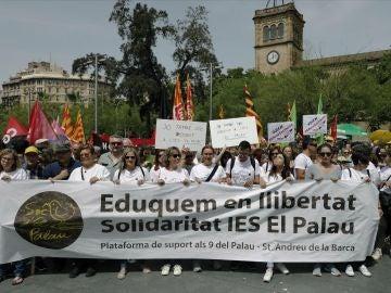 Centenares de docentes reclaman en Barcelona que se les deje trabajar en paz