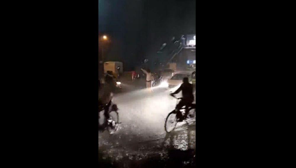 Sin paraguas y bajo una tromba de agua: el vídeo viral de un agente de tráfico