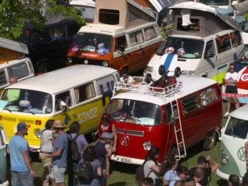 Más de 5.000 amantes de las míticas furgonetas californias se reúnen en Girona