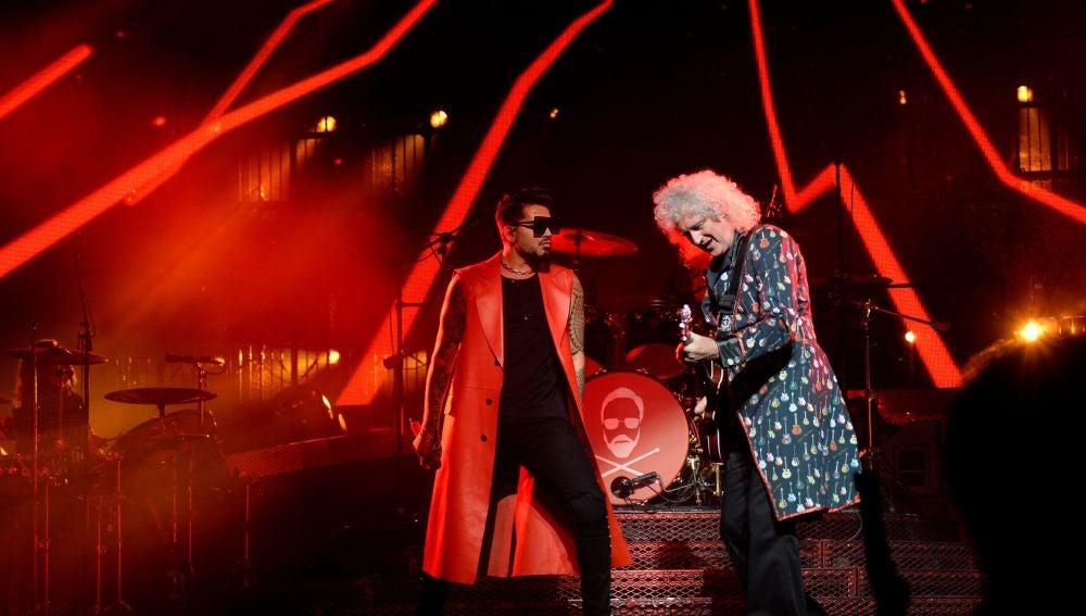 El cantante estadounidense Adam Lambert (i) y el guitarrista del grupo Queen, Brian May