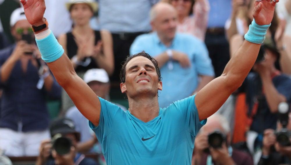 Rafa Nadal alza las manos al ganar Roland Garros
