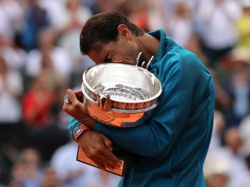 Rafa Nadal se abraza emocionado asu undécimo trofeo de Roland Garros