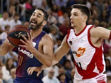Navarro intenta penetrar a canasta ante el Baskonia