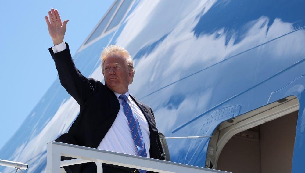 Trump subiéndose al Air Force One