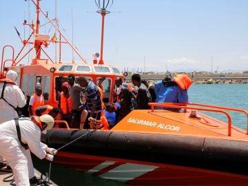 Llegada de algunos de los migrantes rescatados este domingo cuando navegaban a bordo de dos pateras en el Mar de Alborán