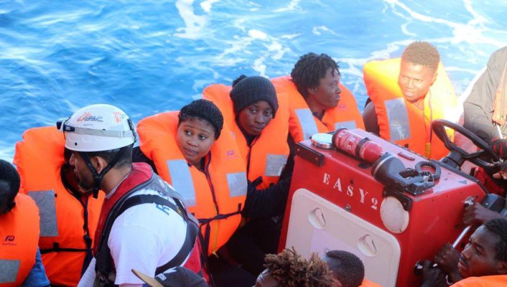 Inmigrantes a bodo del buque Aquarius tras una operación de rescate