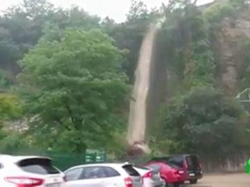 Las fuertes lluvias provocan el desbordamiento del río Bidasoa a su paso por Guipuzkoa