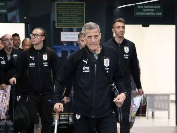 Óscar Tabárez, al frente de la expedición de Uruguay a su llegada a Rusia