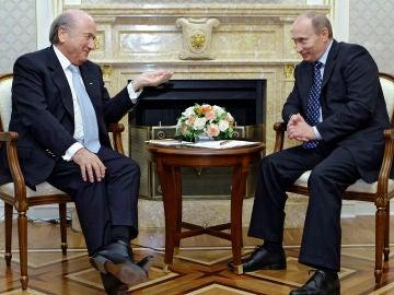 Blatter y Putin dialogan durante una reunión