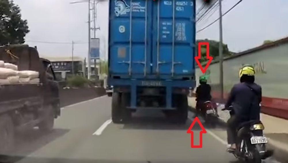 Motorista choca contra un camión