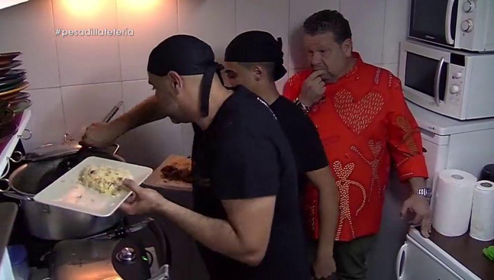 """Tensión en la cocina de la Tetería Nazarí de Pesadilla en la cocina: """"Cuando se pone nervioso no le aguanto"""""""