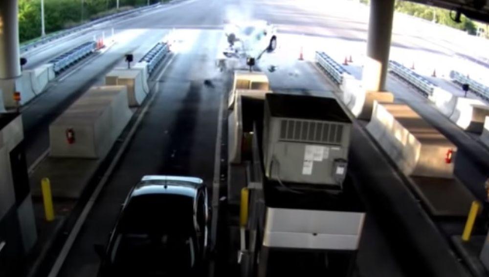 Brutal accidente en el que uno de los ocupantes del vehículo sale volando por los aires