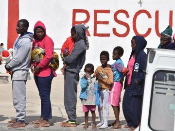 Varios migrantes desembarcan en el puerto de Catania