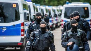 Varios policías alemanes durante una redada