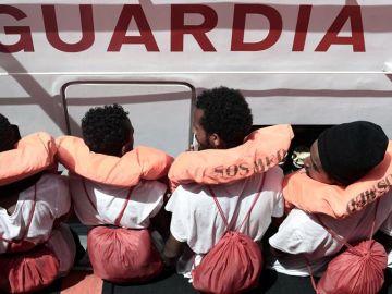Algunos de los inmigrantes a bordo del 'Aquarius'
