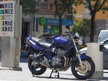 Una motocicleta estacionada en una gasolinera de Madrid (Archivo)