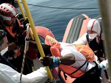 Uno de los 629 inmigrantes subsaharianos rescatados en el Mediterráneo por el buque Aquarius