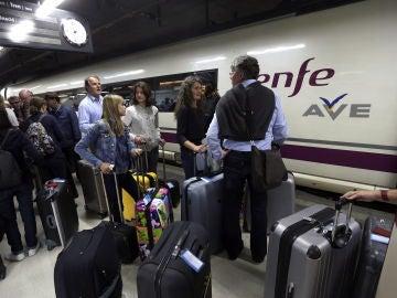 Imagen de archivo de las personas esperando el AVE