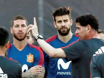 Fernando Hierro da instrucciones a los jugadores de la Selección