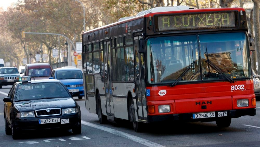 Imagen de archivo de un autobús de TMB en la Gran Vía de Barcelona.