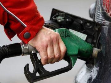 7 cosas que nunca deberías hacer al echar gasolina