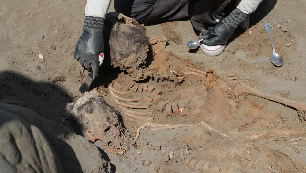 Momento en el que encuentran a 111 niños sacrificados por una cultura preinca en una nueva excavación en Perú