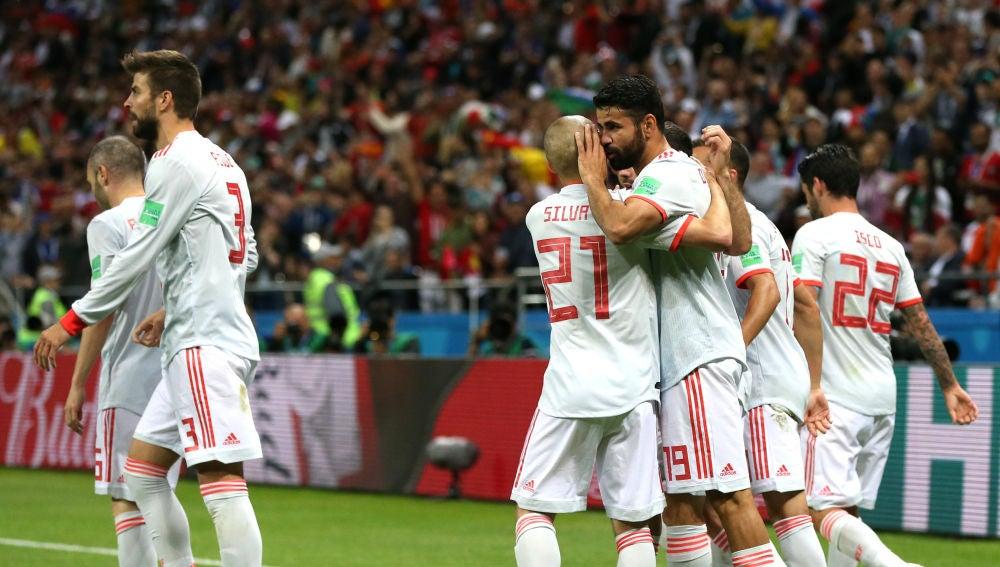 Los jugadores españoles celebran el gol de Diego Costa contra Irán