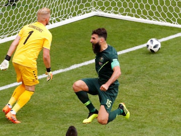 Jedinak celebra su penalti ante Dinamarca