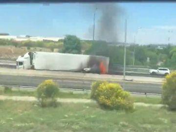 El impactante momento en el que un hombre escapa de un coche en llamas