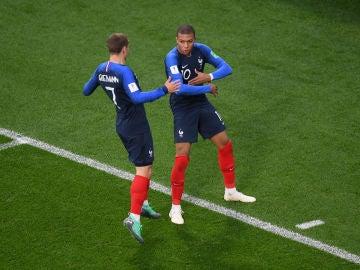 Mbappé celebra su gol a Perú con Griezmann