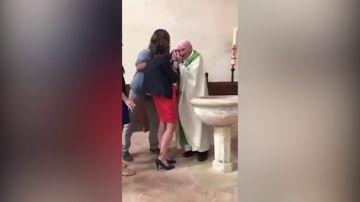 Un sacerdote golpea a un bebé